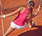 bild einer Frau beim Tennis am Netz